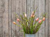 Primavera tulipani su sfondo in legno — Foto Stock