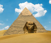 Great Pyramid of Pharaoh Khufu and the Sphinx on sand dunes - Eg — Stockfoto