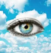 Schöne blaue auge mit hellen himmel - spirituelles konzept — Stockfoto
