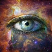 Menselijk oog op zoek in universum - elementen van deze afbeelding ingericht — Stockfoto
