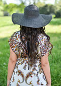 Image of woman with straw hat from behind outdoors — Стоковое фото