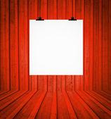 在红色复古房间的墙上挂的空白板 — 图库照片