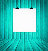 пустой совет, висит на стене в бирюзовый ретро зал — Стоковое фото