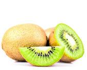 Fruta de kiwi y sus segmentos en rodajas aislados sobre fondo blanco — Foto de Stock