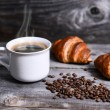 Coffee and fresh croissant — Stock Photo
