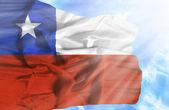Чили, размахивая флагом против голубого неба с солнечных лучей — Стоковое фото