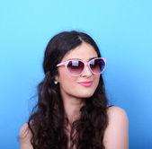 Mavi bir arka plana dayanır retro gözlüklü kadın portresi — Stok fotoğraf