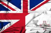 Развевающийся флаг Великобритании и Мальты — Стоковое фото