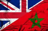 Ondeando la bandera de marruecos y el reino unido — Foto de Stock