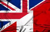размахивая флагом перу и великобритании — Стоковое фото