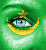 Woman face painted with flag of Mauritania — Stock Photo