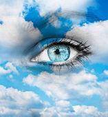 Bella occhio blu contro nuvole blu - concetto spirituale — Foto Stock