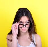 Portret ścisłe młoda kobieta na żółtym tle — Zdjęcie stockowe