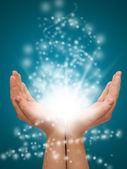 Holding mains ouvertes avec lumières rougeoyantes — Photo