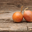 Onions, wood table background - Foto Stock