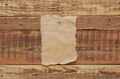 Старая бумага прикрепил к стене древесины — Стоковое фото