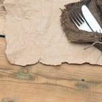 de instelling van een plaats met zilveren vork en mes op oude plundering textur — Stockfoto