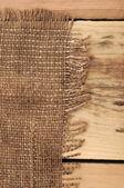 Demissão de hessian serapilheira sobre fundo madeira — Fotografia Stock