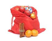 Saco de navidad con bolas, mandarina y canela en blanco backgr — Foto de Stock