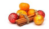 Mandarina, canela y navidad bolas aisladas en blanco centrico — Foto de Stock