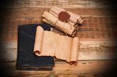 Rouleaux de papier vintage avec vieux livre — Photo