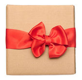 Red ribbon bow over recycled nature paper cardboard. holidays ba — Foto Stock