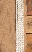 ビンテージの紙と古い木製ボード上ロープ — ストック写真