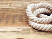 Navire cordes frontières sur la texture de fond bois — Photo