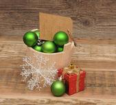 Decoración de la navidad con etiqueta de precio en blanco en tablón de madera — Foto de Stock