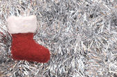 Två fönster med gröna fönsterluckorvánoční ponožka na stříbrné pozlátko — Stock fotografie