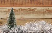 Malá hračka vánoční strom na pozlátko — Stock fotografie