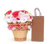 Flor de papel em um cesto com sacola de compras — Fotografia Stock