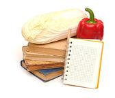 Bleistift auf notebook in der nähe von haufen bücher auf weiß — Stockfoto