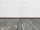 интерьер комнаты с белым кирпичной стены и деревянный пол — Стоковое фото