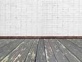 Salle intérieure avec mur de briques blanches et plancher en bois — Photo