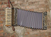 Acordeón decorativo en una pared de ladrillo antiguo — Foto de Stock