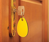 与空白标签的锁孔中的键 — 图库照片