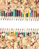 Barevné tužky s barevnými tužkou hobliny na bílém poza — Stock fotografie