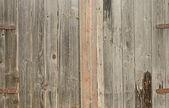 Een oude houten deur met metalen handvat — Stockfoto