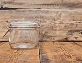 Bocal en verre sur une table en bois ancienne — Photo