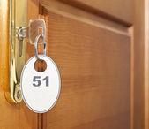 Close up van hotel sleutel in slot deurgreep — Stockfoto