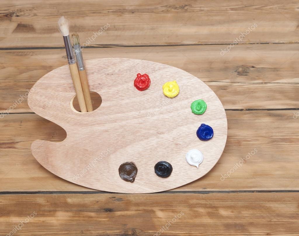 Palette dart en bois avec peinture et pinceau sur fond en for Peinture palette bois