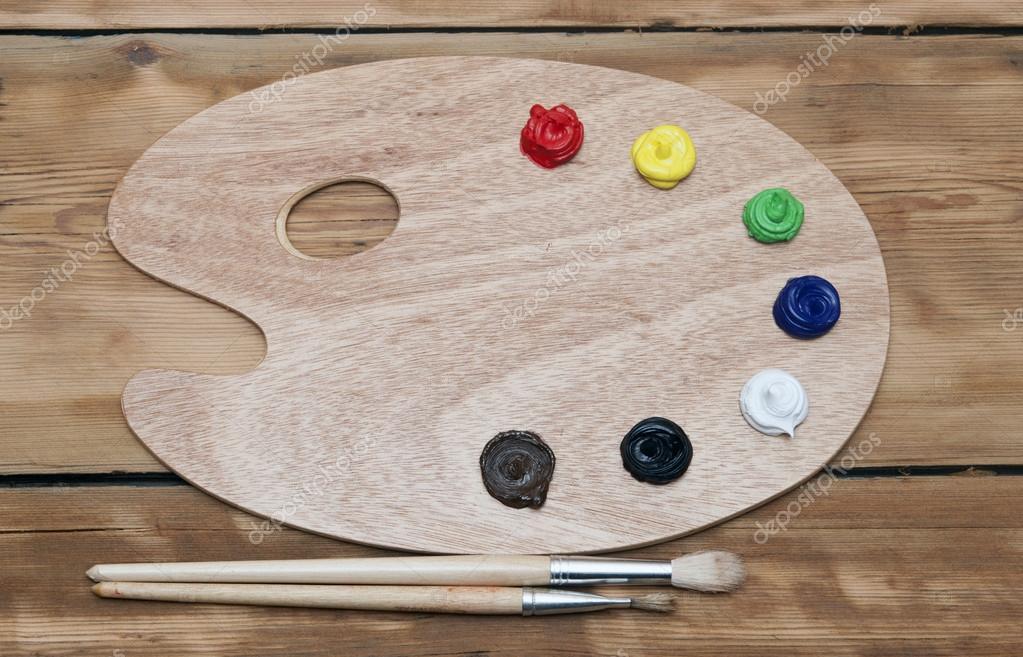 Palette d 39 art en bois avec peinture et pinceau sur fond en - Peinture pour palette en bois ...