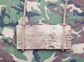 Cerca de un cartel de madera vacía colgando de una cuerda en el militar f — Foto de Stock