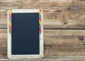 Small blank wooden chalkboard with a festive candy cane for your — Стоковое фото