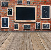 Question marks and exclamation marks white chalk drawing on smal — Stockfoto