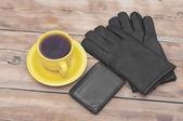 Mens cartera, guantes y café taza sobre fondo de madera — Foto de Stock