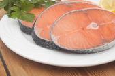 Prato para o cozimento com fatias de salmão sobre a mesa de madeira — Foto Stock