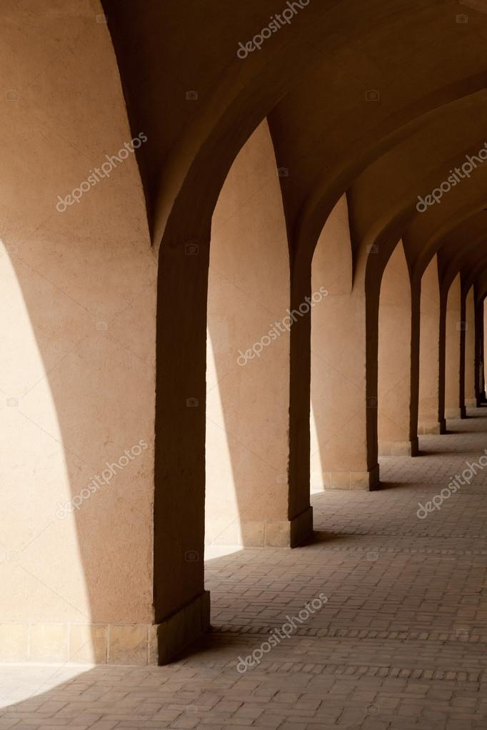 Traditional narrow alleys of Yazd city in Iran with Iranian Islamic Arabic design. — Stock Photo #13854894