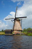 Windmill in Kinderdijk against Blue Sky — Stock Photo